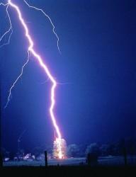 Bilde 2: Lyn. Også denne følger kaotiske prinsipper når den bygger seg opp. Kilde: NOAA (http://upload.wikimedia.org/wikipedia/commons/b/b1/Lightning_hits_tree.jpg)