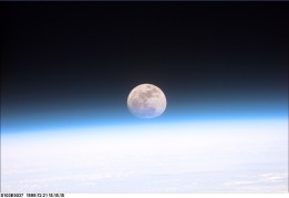 Bilde 1: Jordas atmosfære som sett fra verdensrommet. Dette er et meget tynt lag av gass som vi burde være glad for at er her. Kilde: NASA (for eksempel http://www.esa.int/spaceinimages/Images/2003/05/Space_Shuttle_Discovery_sees_Earth_s_Moon)