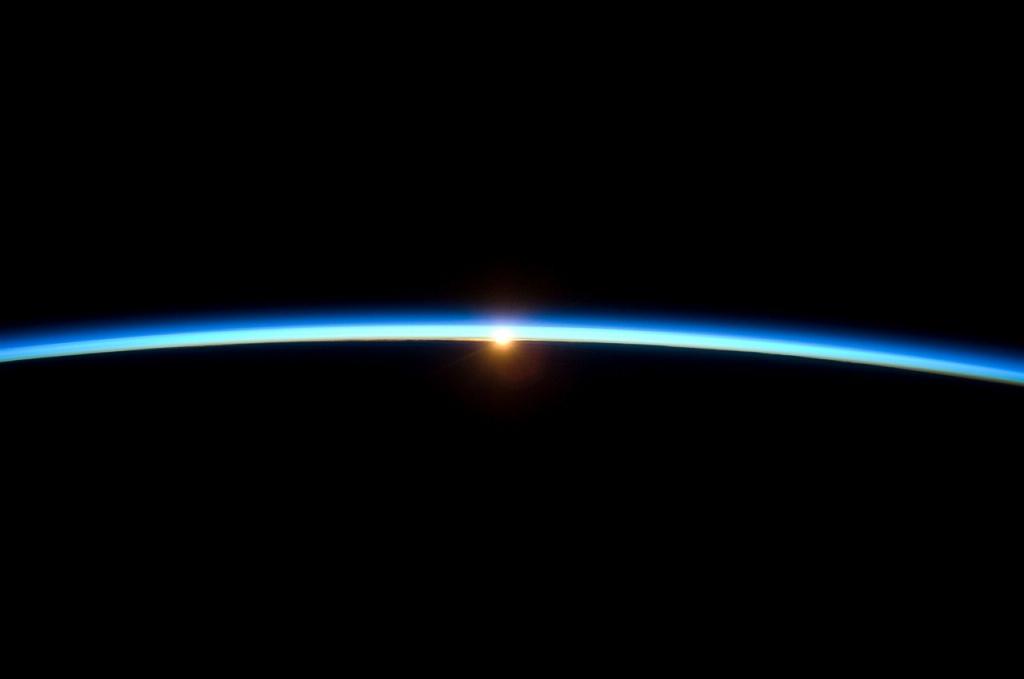 Solen försvinner bakom jordens horisont, det fenomen vi kallar solnedgång, fotograferad från ISS. Bild: NASA