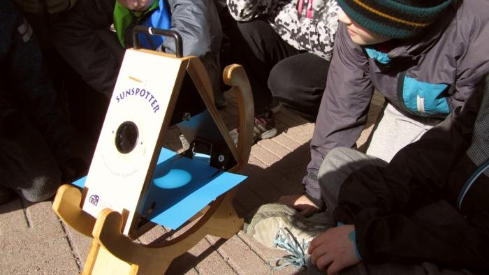 I Kyrkoby skola i Pedersöre samlades eleverna kring en Sunspotter.