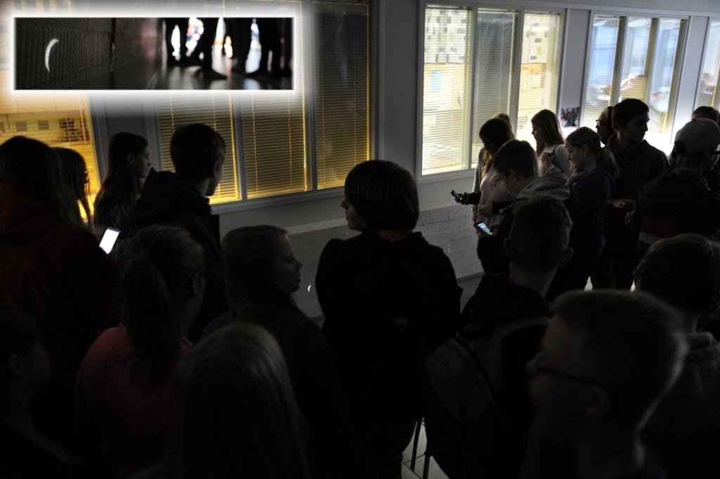 Inne i en lång korridor i Sursik skola hade lärare Gerd Holmström, täckt in fönstren, stuckit små hål i mörkläggningspappren och på så sätt byggt nejdens största Camera Obscura. Bilden av den delvist skymda solen syns på väggen under fönstren mellan korridor och klassrum.