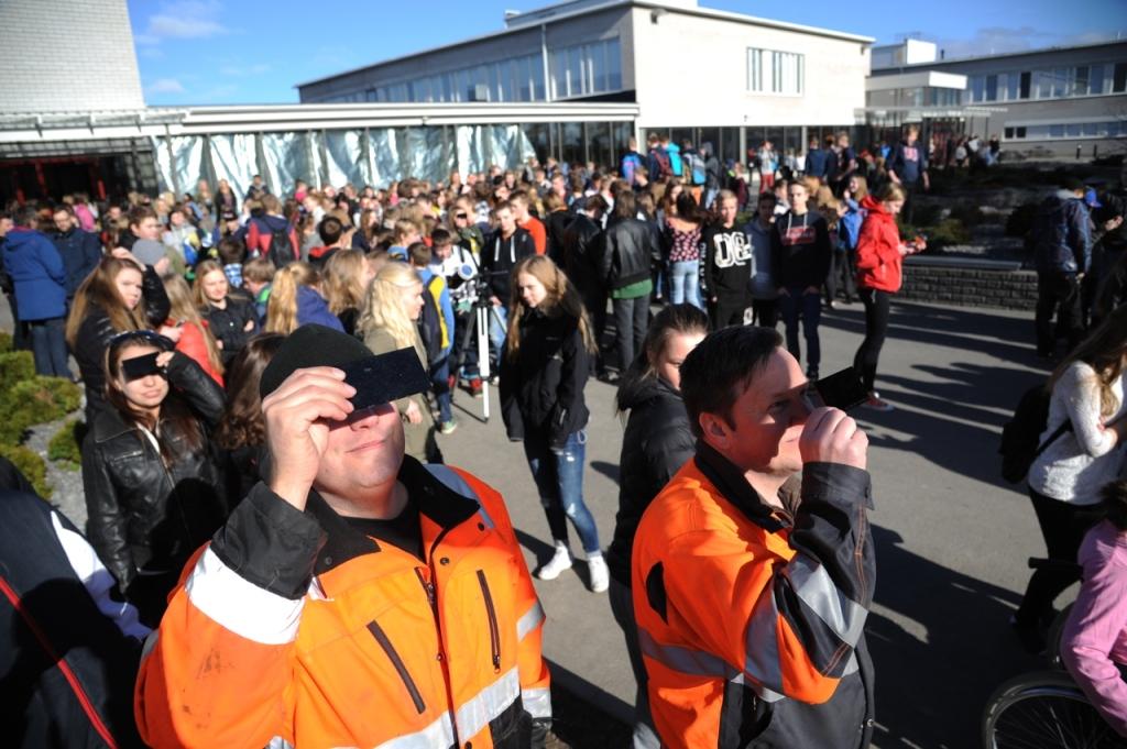 Solförmörkelsen intresserade elever, lärare och personal.