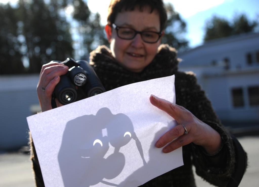 Projektion mot ett papper med hjälp av en fältkikare