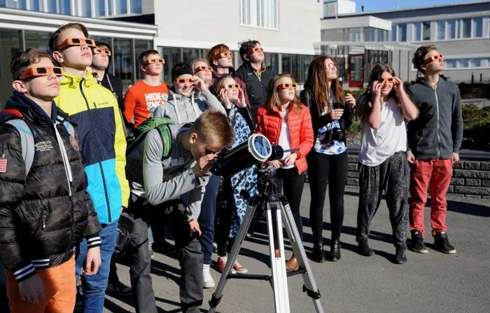 En grupp elever gör de sista  observationerna innan showen är över för denna gång.