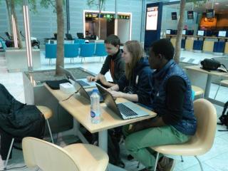 Nanna, Mads og Abdu forbereder præsentation i Kastrup Lufthavn