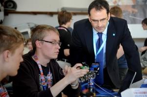 Nigel Savage granskar SPTC's CanSat första dagens förmiddag - före den teknska inspektionen.