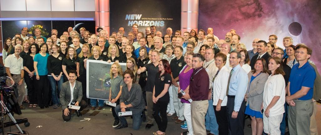Tommy Shaw, Todd Sucherman och Lawrence Gowen ur bandet Styx poserar tillsammans med medlemmar i New Horizons vetenskapliga team, 1:a juli 2015 Bild: NASA/Joel Kowsky