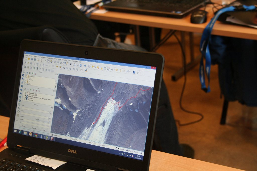 Här pågår efterarbete. Här ska jämföras på kartan var vi gått enligt vår GPS. Allt läggs in i QGIS och vi kan se till exempel se vilka olika lösmassor som vi vandrat över eller som i det här fallet då vi jämförde nuvarande glaciärkant med gamla kartors och satelitbilders glaciärkant