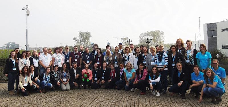 Chefen och en del av utbildningspersonalen vid ESTEC omringade av lärare från 22 ESA-länder