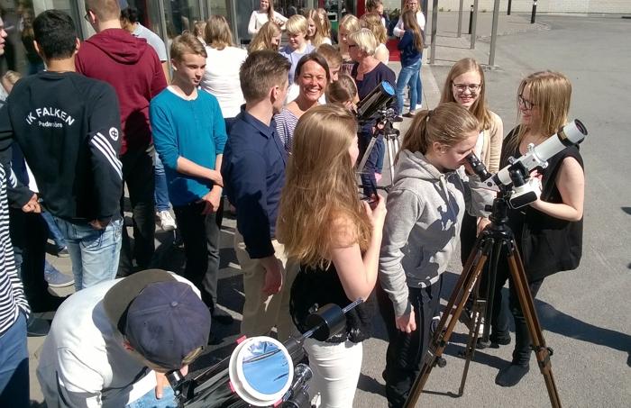 I Sursik skola, Pedersöre, Finland, var det stundtals trångt kring teleskopen.