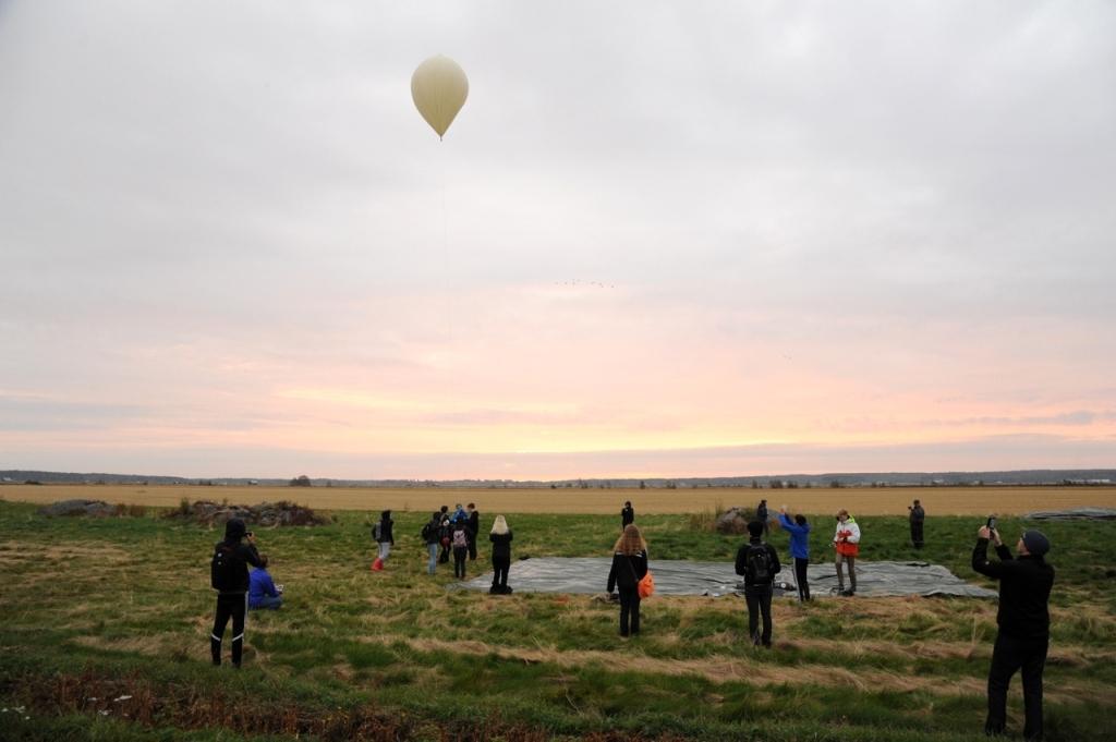 Ballongen lyfte i samma ögonblick som solen steg över horisonten.