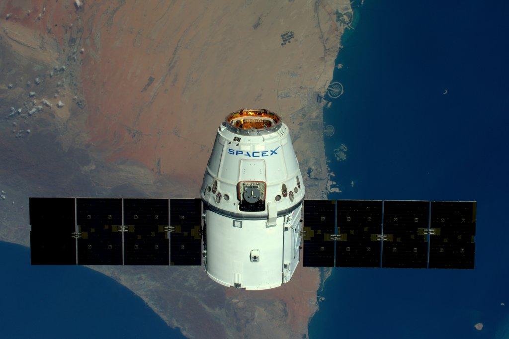 """ESA-astronaut Tim Peake tog den här bilden av SpaceX' """"dragon"""" när den anlände till ISS 15:e april 2016. Att människor byggt i Dubai syns tydligt från rymden. Copyright: ESA/NASA"""