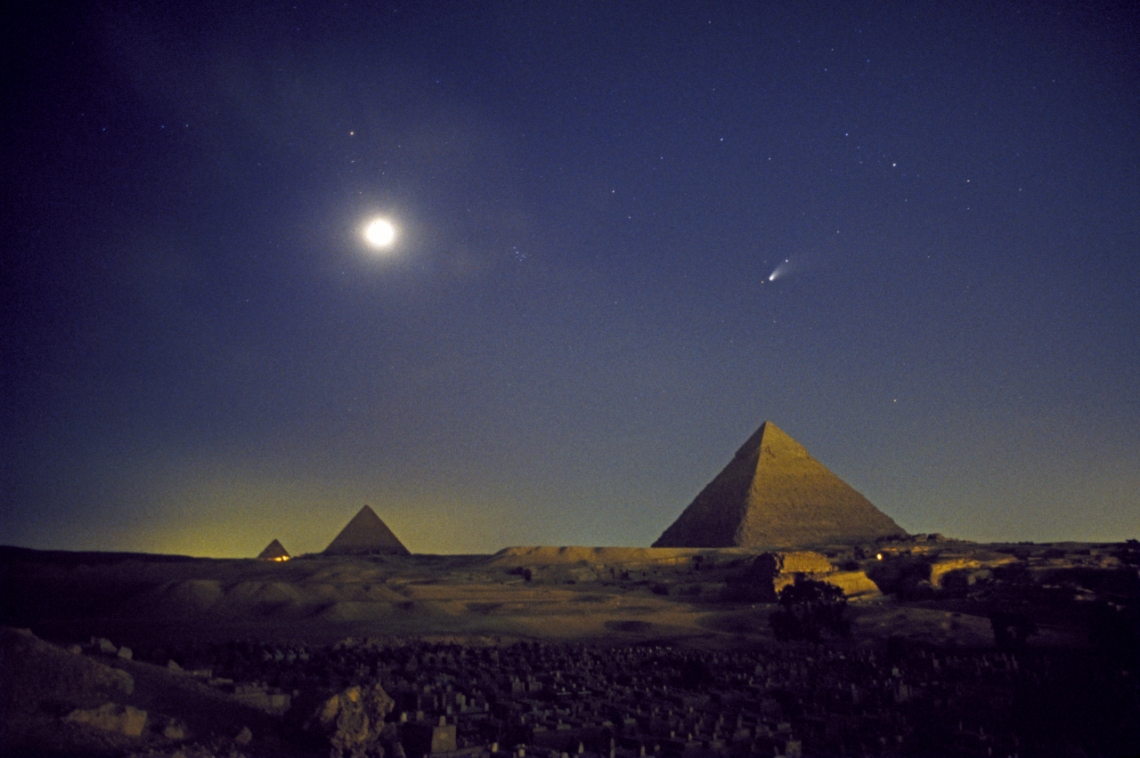 Comet_Hale-Bopp_over_Pyramids_at_Giza_1997_copyright_John-Goldsmith_1280