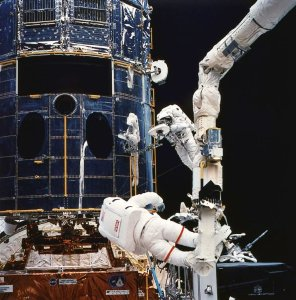 Repair-hubble-3-shuttle-closeup
