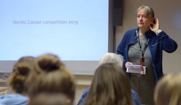 Bente Jensen lyssnar in stämningen inför den första officiella programpunkten.