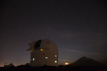 Månen försvinner bakom OGS och Teide.